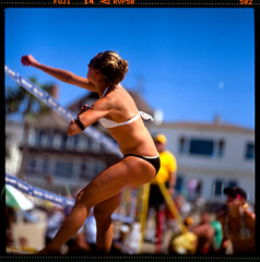 spike II (jaxting) Tags: street people film beach colours candid jena mc fujifilm volleyball f28 avp p6 velvia50 180mm czj pentaconsixtl jaxting fujichromevelvia50rvp