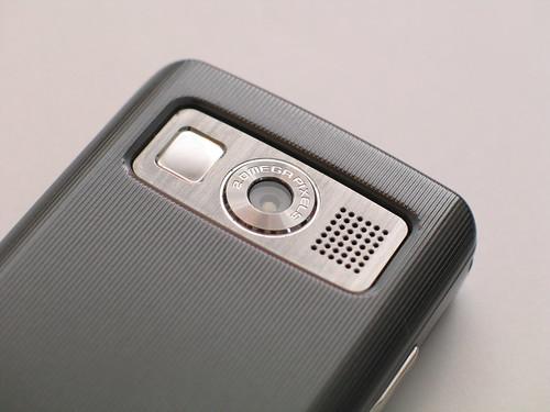 J808 雖同樣採用 200 萬像素鏡頭,但卻未設有補光燈,屬一大缺點。不過它反而設有自拍鏡,某程度上算是彌補了缺憾吧。