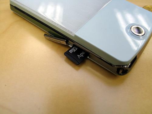 支援 microSD 記憶卡,而且卡槽設於機側,換卡方便。