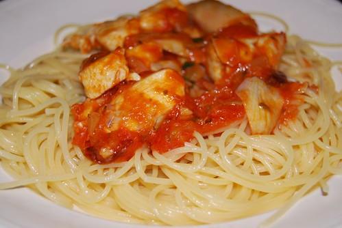pasta met kip, artisjokken en tomatensaus