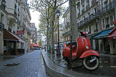 Rue de la Reynie - Paris (France) (Meteorry) Tags: morning red paris france rain rouge europe vespa scooter moto beaubourg matin pelforth lemarais boulevarddesbastopol quincampoix sbastopol pleuvoir creditagricole meteorry ruequincampoix reynie ruedelareynie chezelham