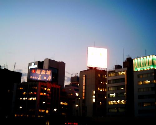 【写真】VQ1005で撮影した夕暮れの新橋ビル群