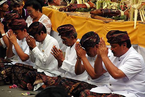 Ngaben: praying