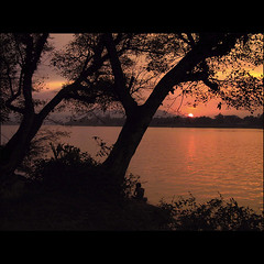 Sunset on the Perfume River (NaPix -- (Time out)) Tags: sunset red river boats fire perfume vietnam explore chapeau hue hu sunsetssunrisesaroundtheworld visiongroup imagepoetryimageposie napix atqueartificia