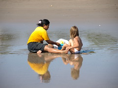 Scusate le spalle! Con la baby sitter (fabia.lecce) Tags: travel indonesia asia giallo babysitter spiaggia sabbia riflesso bambina peolple giochisullasabbia