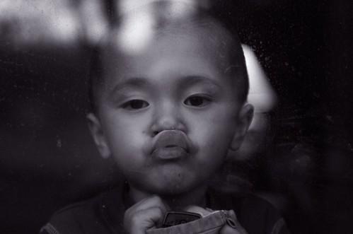 フリー画像| 人物写真| 子供ポートレイト| 外国の子供| 少年/男の子| キス/KISS| モノクロ写真|     フリー素材|