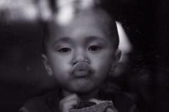 [フリー画像] [人物写真] [子供ポートレイト] [外国の子供] [少年/男の子] [キス/KISS] [モノクロ写真]     [フリー素材]