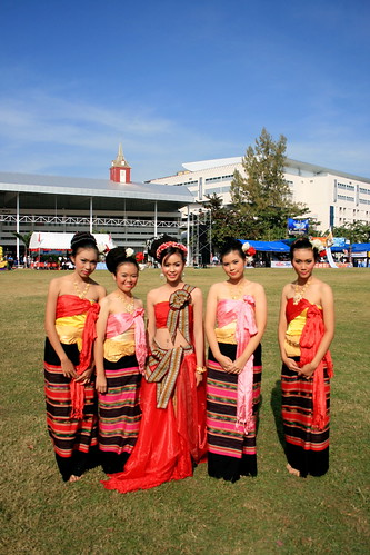 Five Thai dancers