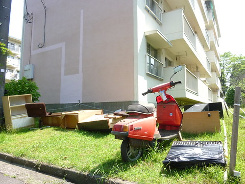 【6月6日(月)9時30分ころ 粗大ごみは、通常のスペースでは間に合わず、芝生の上に】