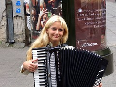 Harmony in Vilnius 2006 (Vincenzo L.D.) Tags: music girl accordion blond harmony musica lithuania vilnius fisarmonica lituania august2006 epi10