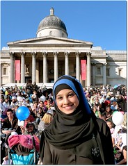 Eid in the Square (Swamibu) Tags: london muslim islam hijab trafalgarsquare muslimah mywinners mywinner abigfave eidinthesquare citrit ysplix theperfectphotographer goldstaraward rubyphotographer october11th2008 dopplr:explore=h581