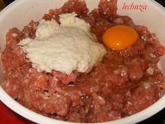 Carne picada con pan y huevo