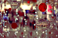 Wishing You a Bokeh Christmas (Mulia) Tags: christmas reflection london shopping lights chelsea bokeh merry natale buon sqaure peterjones sloane impressedbeauty pallinediluce vetrineof