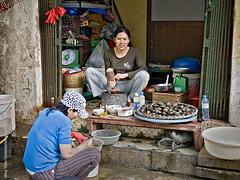 _3011170 copy (mingthein) Tags: street city food nikon availablelight streetphotography photojournalism snail vietnam hanoi ming grind d3 noi reportage 2470 onn d40 mingthein thein 70300vr theinonnming photohorologerming photohorologer mingtheinphotography photohorol