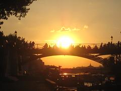 Coucher de soleil sur le pont des arts, Paris (Guillaume Cattiaux) Tags: bridge sunset paris france sunshine seine canon geotagged europe flickr pont coucherdesoleil pontdesarts digitalworld parisgeotagged