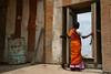 Sravanabelgola, sanctuaire jain (Calinore) Tags: door woman india asia femme religion porte karnataka saree sari jain inde interstice sanctuaire jainism sravanabelgola top150 jainisme lacollection expositionaucentrecultureljeaneustachefestivalanimasia