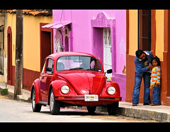 I don't want to jump on the red beetle! (Beppe 1977) Tags: street red colors vw children mexico kid strada colours purple beetle sancristobal viola chiapas messico bambina