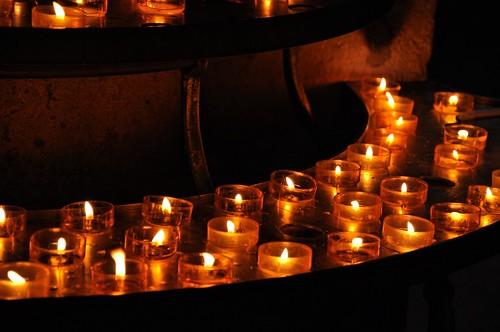 Brennende kerzen in einer kirche