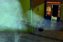 Pasar de largo (imagotipo) Tags: verde rojo puerta metro homeless fotos entrada salida mendiga escaleras gitana estela sentada limosna robado ignorar fotomatn ltytr1 pasardelargo