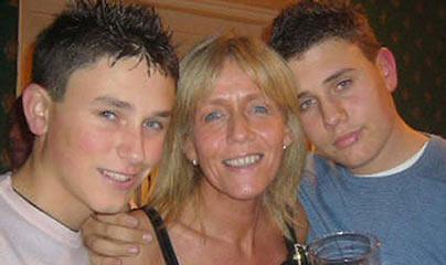 Foto de Rob Knox con su hermano y mama