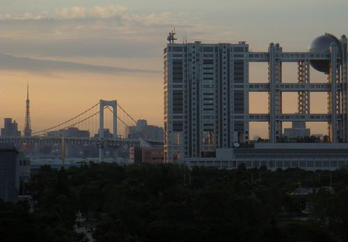 東京タワーとレインボーブリッジと球体