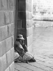Serie Pobladores, Esperando que pare de llover, Cuzco, blanco y negro (Silagu66) Tags: blancoynegro cuzco machupichu per ciudades viajes culturas amricadelsur
