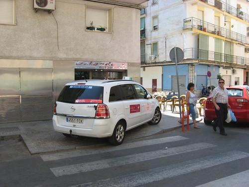 Taxi montado en un paso de cebra.