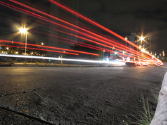 Rastros da Luz (f/43 - Fabio Raphael) Tags: street longexposure light red urban luz night nightshot fast sampa sp noite urbano movimento rua asfalto 43 duetos fabioraphael yreprter yreporter imagespace:hasdirection=false transitoyahoo
