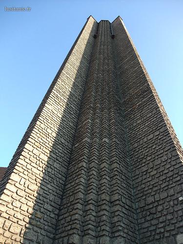 Imponente torre sineira, separada da igreja