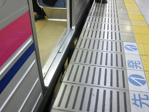 Le quai se trouve à la hauteur de l'entrée du wagon