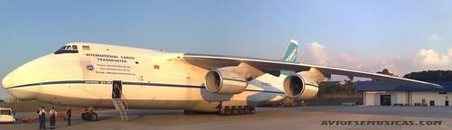Antonov AN124-100 passa por GRU.