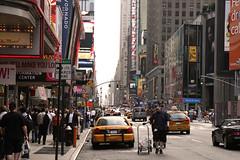 New York. (Mari Manaia.) Tags: pessoas carro luzes lojas placas cidades