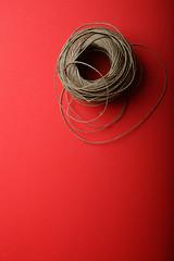 C' crisi.... (Francesco Bartaloni) Tags: red italy stilllife florence still wire italia rope firenze rosso filo canapa gomitolo bestminimalshot bartaloni francescobartaloni frankbb