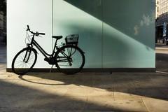Envie pressante (edouardv66) Tags: street color bike 35mm switzerland nikon suisse geneva explore cycle rays nikkor genève publicwc vélo sunsrays pâquis d700 toitlettes