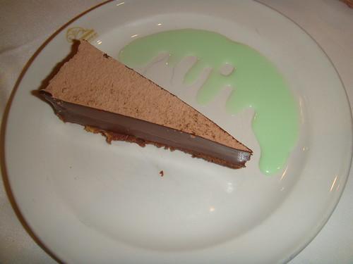 Tarta de chocolate con salsa de menta