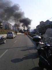 Auto brucia, e a 3 metri passa il metrò