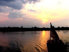 EPV0794 (akkicris) Tags: río atardecer asia barca barco paisaje borneo bandera horizonte