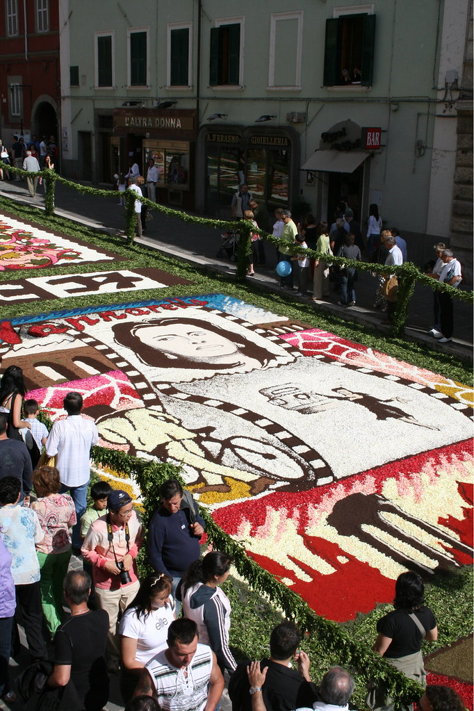 2580310233 7f45bb93d3 b Infiorata – the Italian flower festival in Genzano [35 Pics]