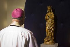 De bisschop bij het Mariabeeld (Omroep Brabant) Tags: show licht avond denbosch jubileum begraafplaats kerkhof viering omroepbrabant orthen wwwomroepbrabantnl 150jarig