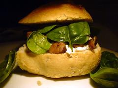 Sandwich med gedeost, spinatblade og ristede svampe