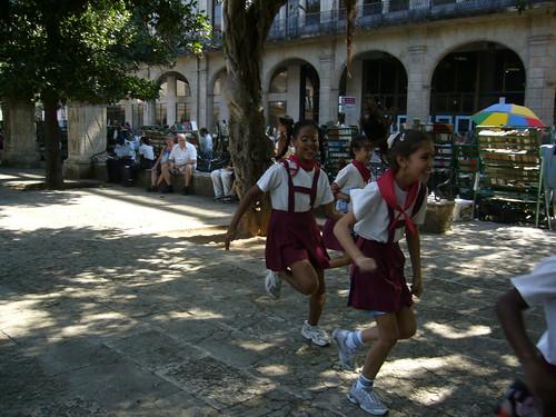廣場上的小學生