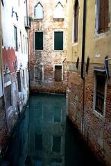 Esquina (Liz Krause) Tags: gua veneza canal italia reflexos janelas antiguidade
