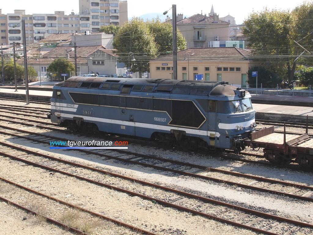 Vue d'une locomotive thermique A1A A1A 68500 (la 68507 de la SNCF) avec ses persiennes d'origine en gare d'Aubagne le 11 octobre 2008