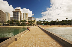 Waikiki Pier II (JØN) Tags: ocean blue trees sea beach skyline hawaii pier nikon skies waikiki palm honolulu polarizer 1735mmf28d d700 nikon1735mm nikond700 nikon1735mmf28