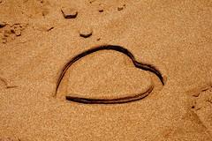Pintando tu corazón en la arena.  Drawing your heart in the sand. (darkside_1) Tags: corazón picnik dolor mentiras delcorazón miedoyasco goldstaraward bydarkside darkside1 fearandloathingin
