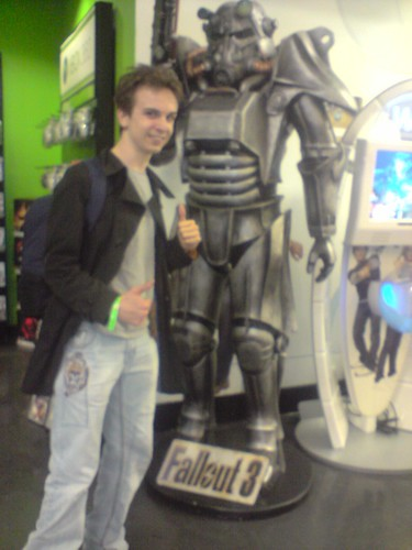 Myself, with a giant Fallout 3 statue.