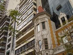Contrastes de jerarquía (Upper Uhs) Tags: city cidade argentina argentine architecture design arquitectura ciudad rosario diseño urbanismo contrastes argentinien cittá