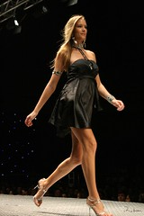 GFW - Goiânia Fashion Week 2008 (Robson Borges) Tags: brazil sexy fashion brasil mulher moda modelo sensual desfile linda bonita evento pernas público bela cabelo vestido goiânia famosa sapato goiás roupa sandália andar passarela celebridade vaidade gfw personalidade giannealbertoni robsonborges
