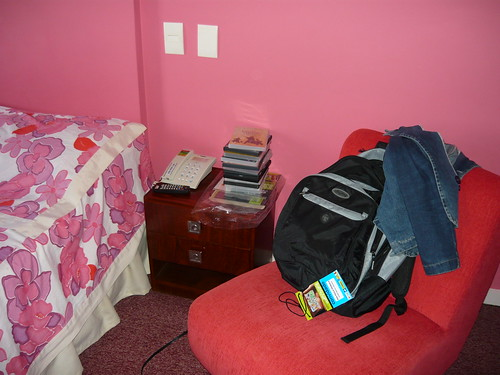 quarto do hotel em sta. maria: too much pink