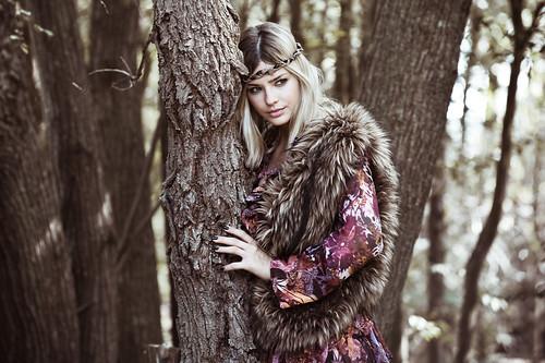 [フリー画像] 人物, 女性, 樹木, ファッション, 金髪・ブロンド, 201108022100
